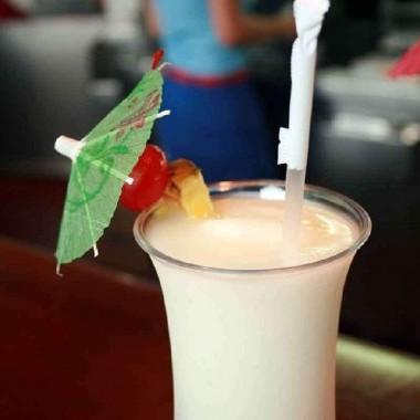 Cocktail senza glutine con rum Malibu