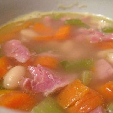 Gustosa zuppa di prosciutto, fagioli e patate (senza glutine)