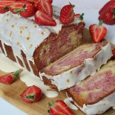 Torta marmorizzata di fragole e arance